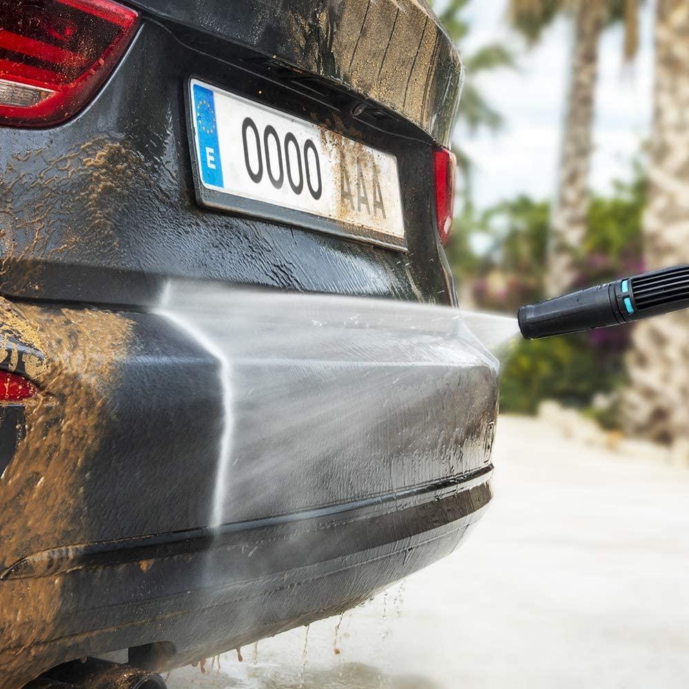 Funcionamiento de una hidrolimpiadora limpiando un coche