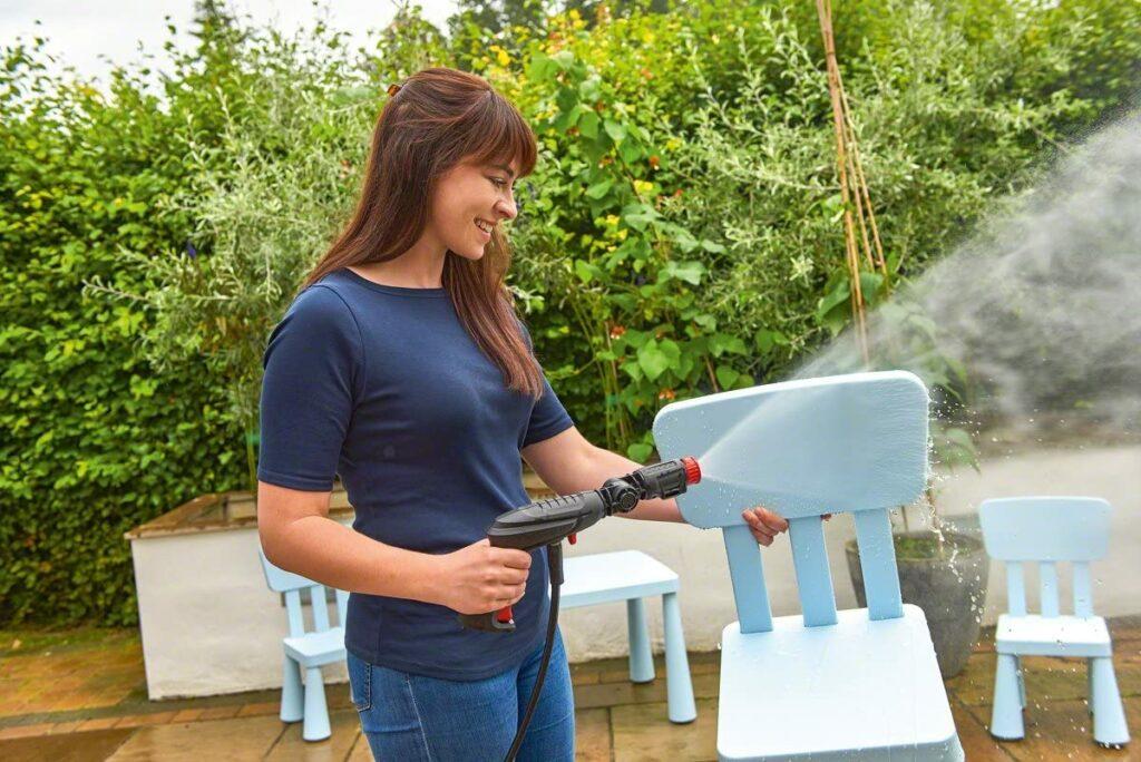 Hidrolimpiadora Bosch en funcionamiento limpiando silla