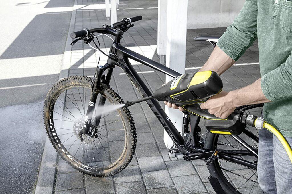 Pistola a presión limpiando bici